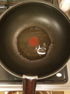 フライパンにサラダ油をひいて熱する