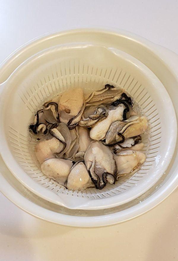 牡蠣を振り洗いする